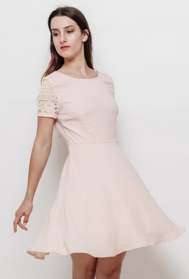 Skater dress with short sleeves in lace, low and buttoned back