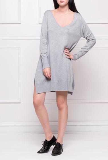 Pull évasé en maille à col V, ce modèle peut également se porter comme une robe.