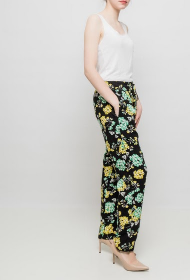 Relaxed pants, elastic waist, pockets, soft and fluid fabric
