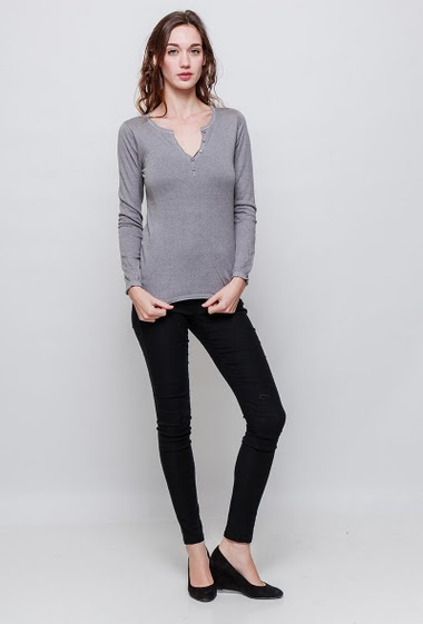 Soft knitted sweater, V neck with buttons. The model measures 177cm, one size corresponds to 38-40