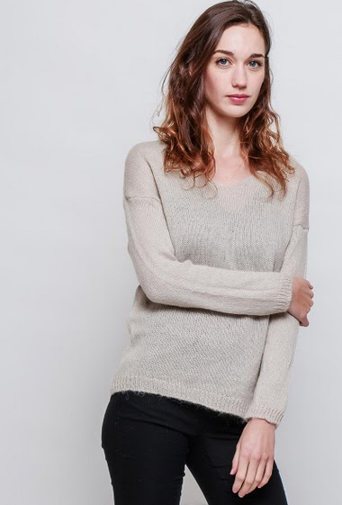 Basic knitted sweater, V neck, classic fit. The model measures 177cm, one size corresponds to 38-40