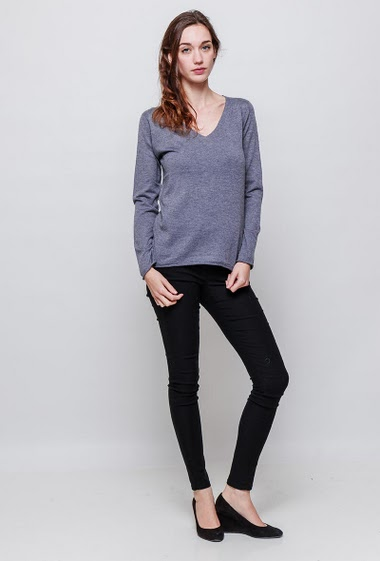 Soft knitted sweater, V neck, back with printed heart and glitter, classic fit. The model measures 177cm, one size corresponds to 38-40