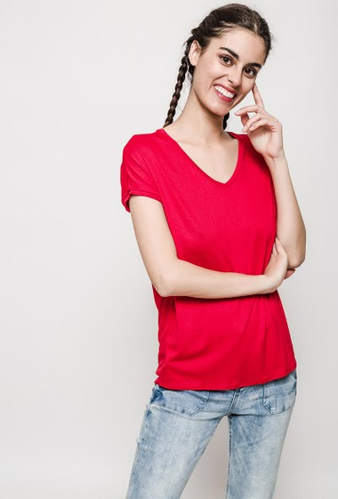Short sleeve t-shirt, V neck. The model measures 176cm, one size corresponds to 10/12. Length:70cm