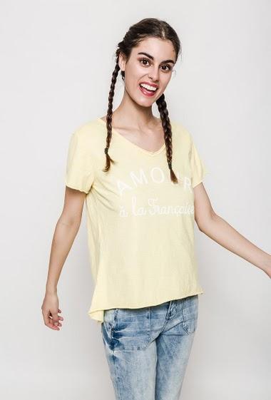 T-shirt avec message imprimé, manches courtes. La mannequin mesure 176cm, TU correspond à 38/40. Longueur:65cm