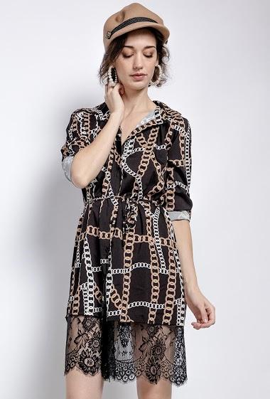 Robe chemise imprimée ou tunique avec bordure en dentelle. La mannequin mesure 177cm