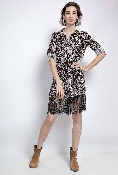 Robe chemise ou tunique avec bordure en dentelle. La mannequin mesure 177cm