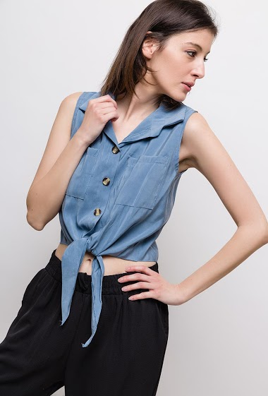 Crop sleeveless top, knot fornt. The model measures 178cm, one size corresponds to 10/12(UK) 38/40(FR). Length:45cm