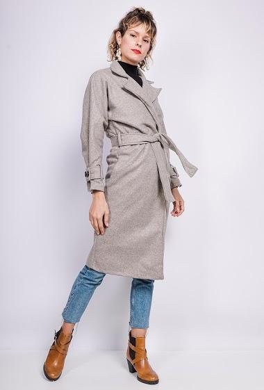 Manteau avec ceinture. La mannequin mesure 177cm