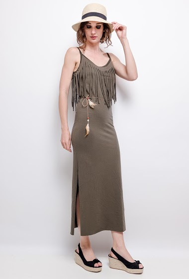 Maxi dress with belt and feathers. The model measures 177 cm