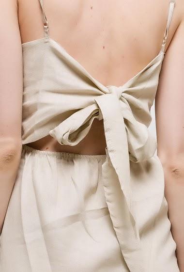 Robe dos nu avec nœud. La mannequin mesure 177cm, TU correspond à 38/40. Longueur:95cm