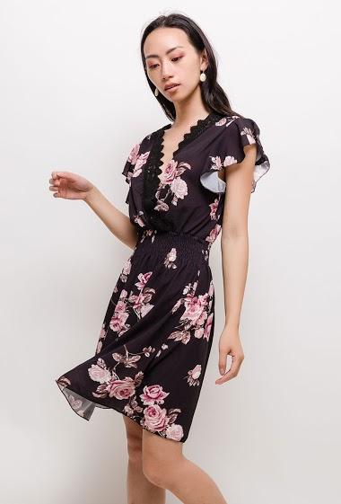 Robe cache-coeur à imprimé fleurs, détail en dentelle. La mannequin mesure 170cm, TU correspond à 38/40. Longueur:90cm