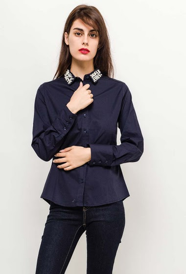 Cotton shirt, decorative pearls, slim fit. The model measures 176cm and wears S. Length:70cm