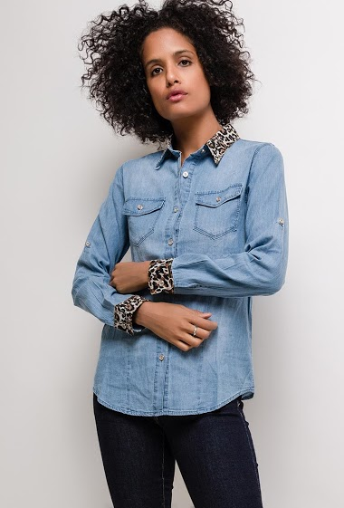 Denim shirt with leopard cuffs and collar. The model measures 177cm and wears S. Length:64cm