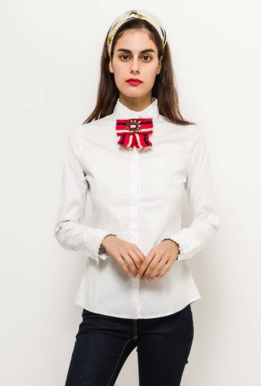 Shirt with funnel neck, pleated border, removable bow. The model measures 176cm and wears S. Length:70cm