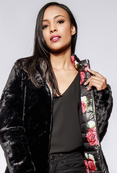 Padded jacket, printed flowers, fur inner, zipped pockets. The model measures 170cm and wears S