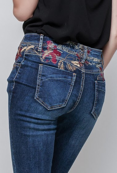 Jeans decorated with embroideries. The model measures 180 cm and wears M(T38)