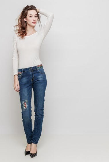Jean with waist decorated with embroidery ans mirror strass, slim fit. The mannequin measures 177 cm and wears M