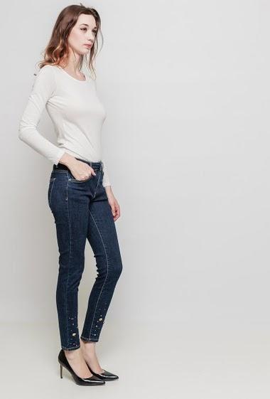 Jean slim avec chevilles ornées de strass et perles, poches, tissu stretch. La mannequin mesure 177 cm et porte du M