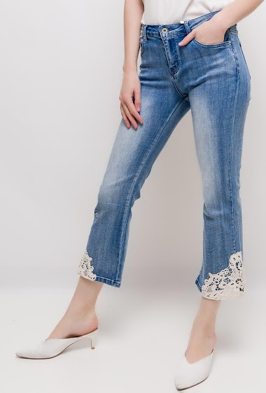 Jeans with lace detail and embroidery. The model measures 177cm and wears S/8(UK) 36(FR)