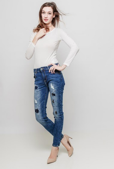 Faded jeans with strass, slim fit, stretch fabric. The mannequin measures 177 cm and wears M