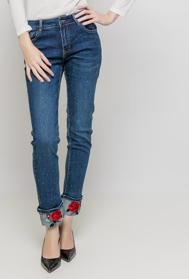 Jeans decorated with strass, turn-up with embroidered flowers, regular fit. The mannequin measures 177 cm and wears M
