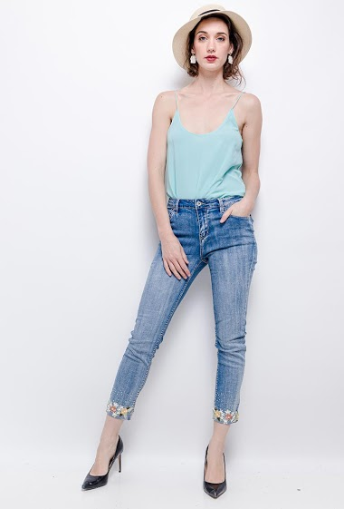 Jeans with embroidered ankles. The model measures 177cm