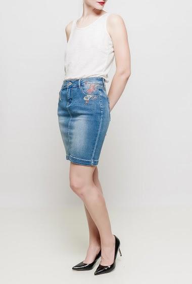 Jupe en jean avec fleurs brodées, strass fantaisie, coupe classique