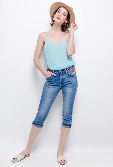 Pantacourt en jeans. La mannequin mesure 177cm