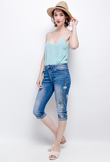 Denim cropped pants. The model measures 177cm