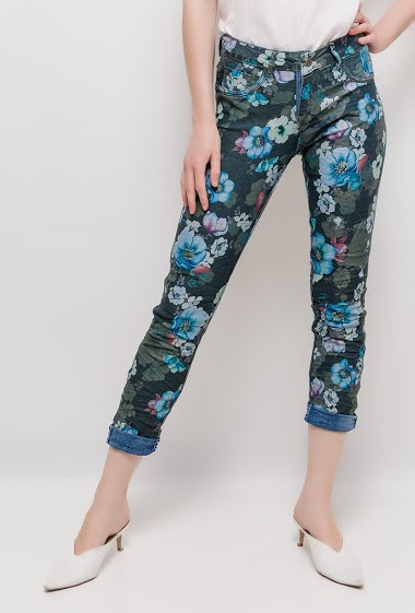 Pants with printed flowers or jeans. The model measures 177cm and wears S/8(UK) 36(FR)