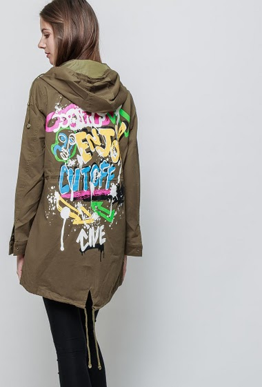 Casual parka, hood, back with graffiti print. The model measures 180 cm and wears M