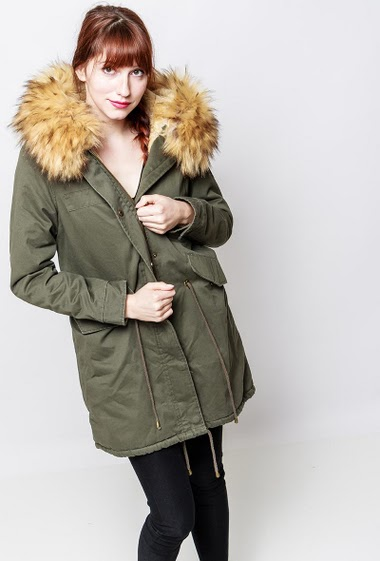 Cotton coat, drawstrings, pockets, fur inner, hood decorated with removable fur. The model measures 174cm and wears S