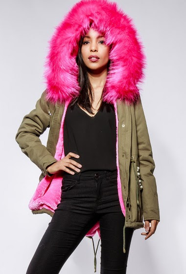 Parka with fur inner, hood with removable fur, pockets with flap decorated with pearls, drawstring. The model measures 170cm and wears S