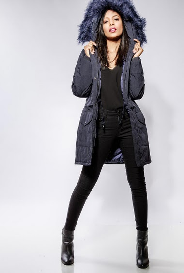 Hooded parka, removable fake fur, pockets. The model measures 170cm and wears S