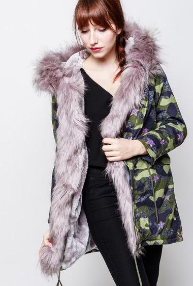 Manteau à motif camouflage/militaire, intérieur en fourrure, capuche ornée de fourrure amovible. La mannequin mesure 174cm et porte du S