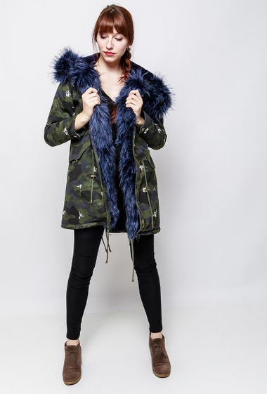 Camo coat with military pattern, fur inner, hood decorated with removable fur. The model measures 174cm and wears S