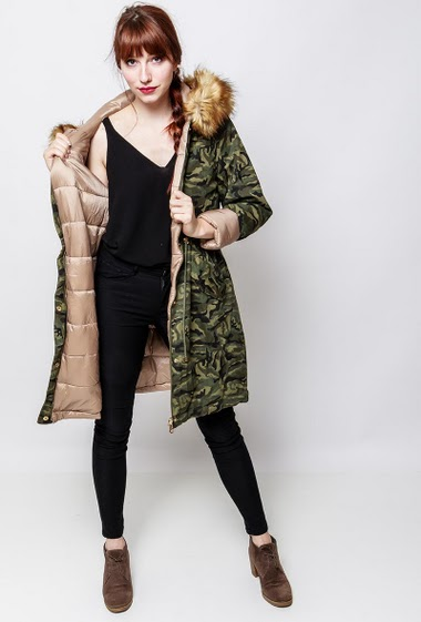 Quilted coat, military pattern, pockets, hood decorated with removable fur. The model measures 174cm and wears S