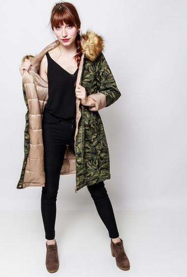 Manteau matelassé d'un côté et à imprimé militaire de l'autre, poches, capuche avec fourrure amovible. La mannequin mesure 174cm et porte du S