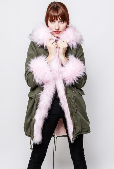 Cotton coat, drawstrings, pockets, fur inner, hood decorated with removable fur, cuff with removable fur. The model measures 174cm and wears S