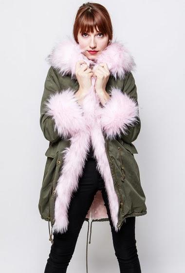 Manteau en coton, cordon de serrage, poches, intérieur fourré, capuche ornée de fourrure amovible, poignet en fourrure amovible. La mannequin mesure 174cm et porte du S