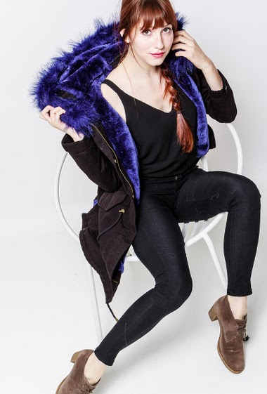 Manteau en coton, cordon de serrage, poches, intérieur fourré, capuche ornée de fourrure amovible. La mannequin mesure 174cm et porte du S