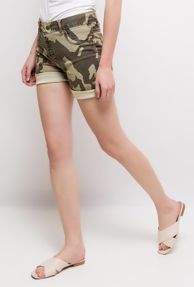 Plain shorts or shorts with camo print. The model measures 177cm and wears S/8(UK) 36(FR)