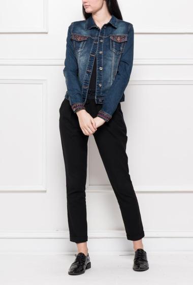 Veste en jean ornée de broderies et de strass