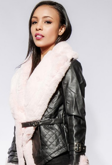 Fake leather jacket, fur collar, buckle closure. The model measures 170cm and wears S