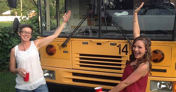 Elles transforment un bus d'écoliers en une jolie maison