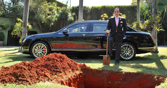 Millionnaire, il met en terre sa Bentley d'un million $$$!