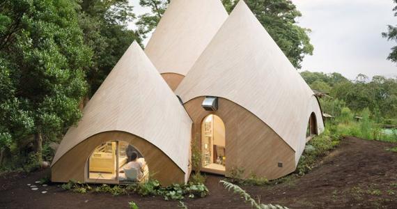 Deux femmes se font construire une maison de retraite de rêve