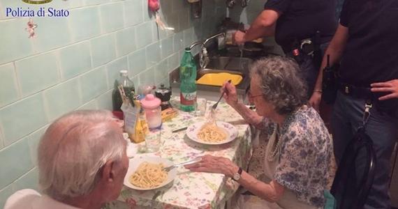 Les policiers de Rome trouvent un couple qui pleure d'ennui et ils leur cuisinent un repas