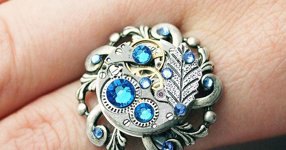 Une artiste qui a l'oeil pour les vieilles pièces de montres