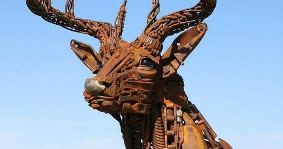 L'artiste John Lopez transforme de vieux équipements agricoles en incroyables sculptures animales!